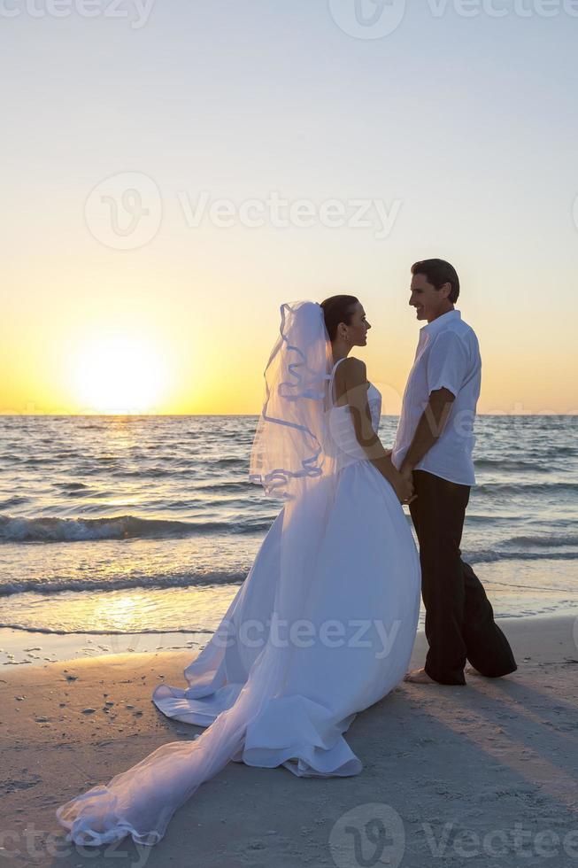 mariée et le marié couple marié coucher de soleil plage mariage photo
