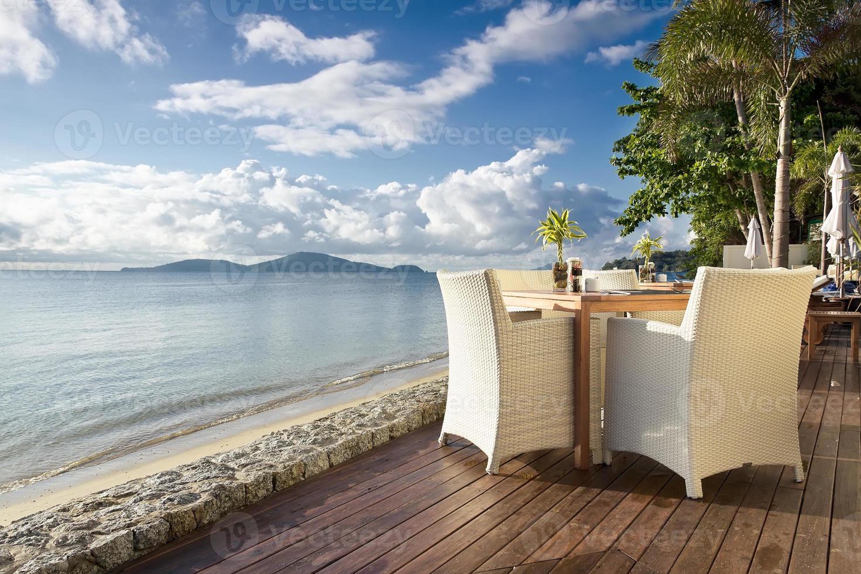 table et chaises de bord de mer photo