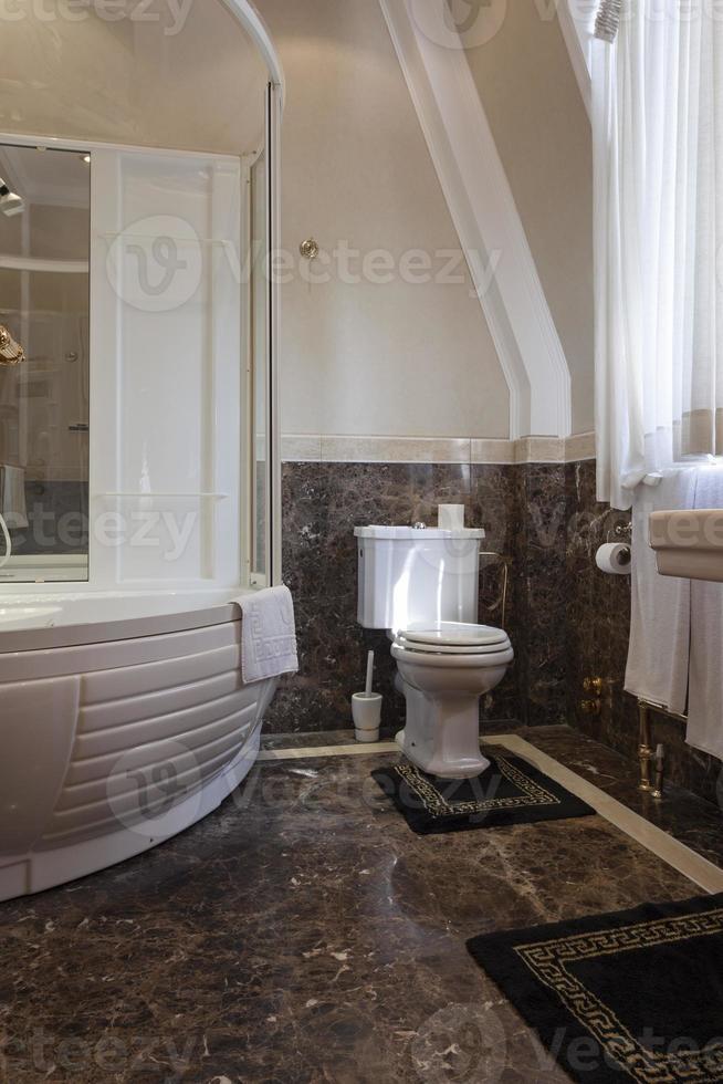 salle de bain de luxe avec sol en marbre photo