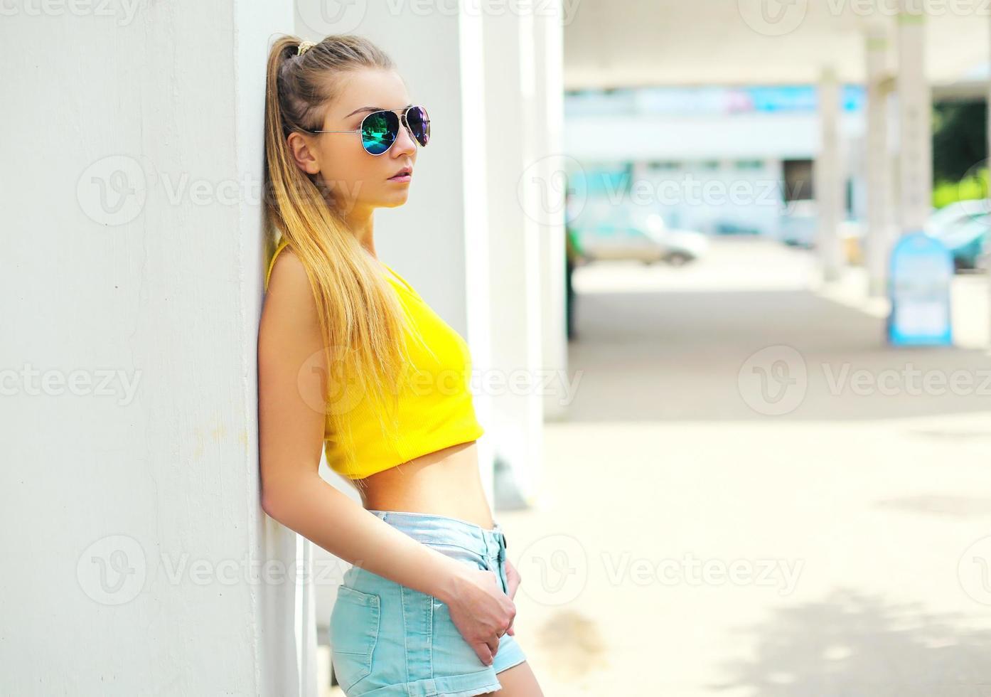 mode portrait jeune femme portant des lunettes de soleil et t-shirt en photo