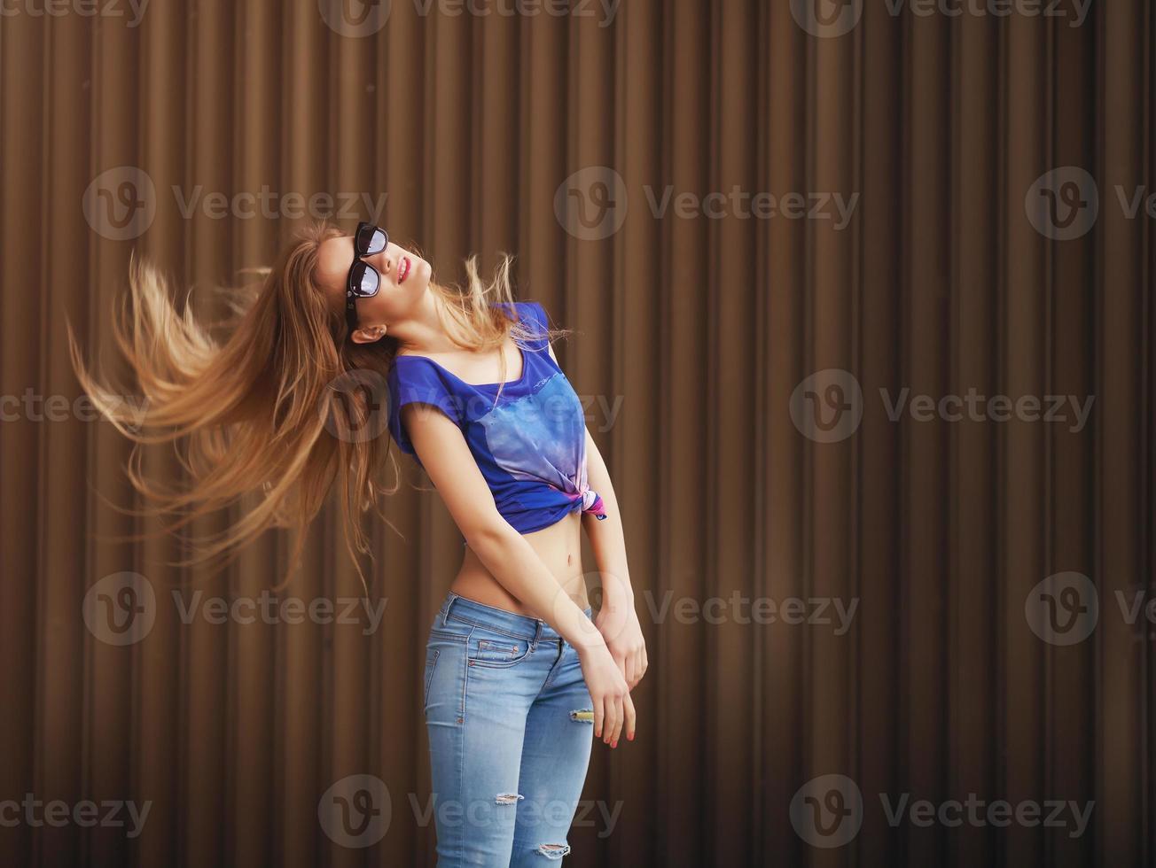 Portrait émotionnel de la mode élégante de jolie jeune blonde hipster photo