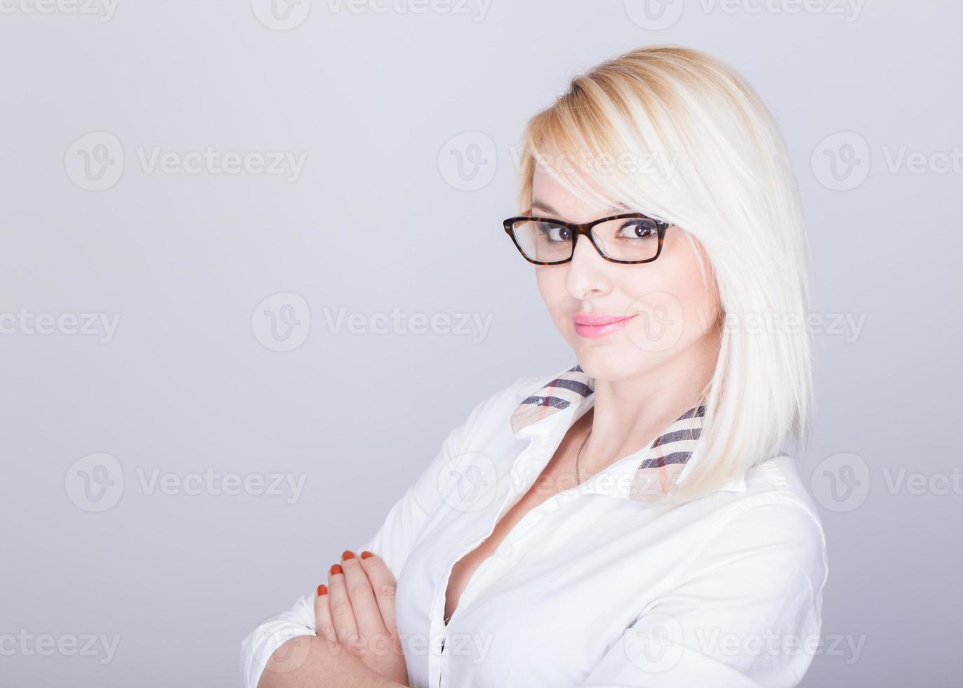 Jeune femme séduisante à lunettes nerd et chemise boutonnée photo
