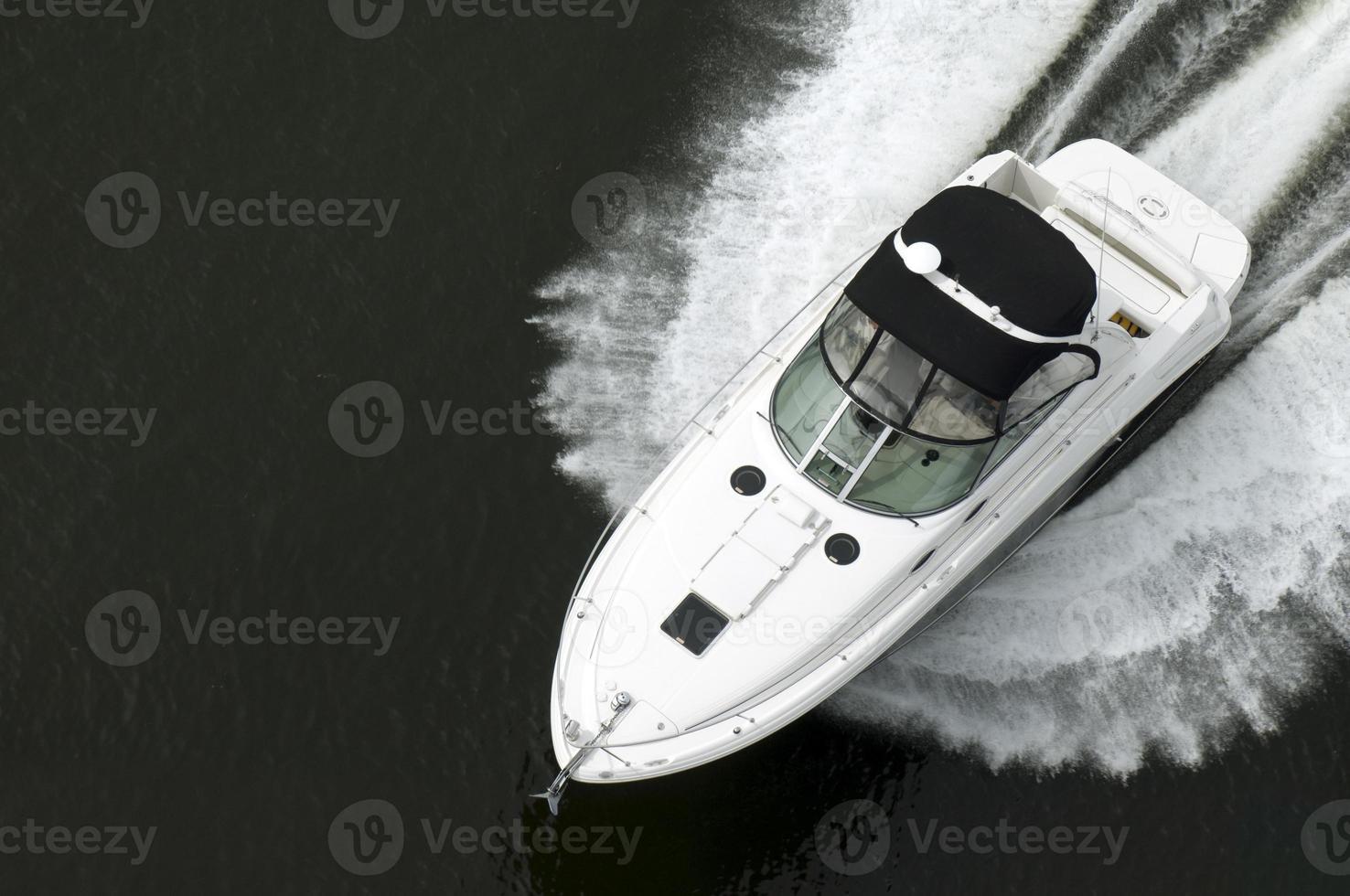 vue de dessus du hors-bord noir et blanc sur l'eau photo