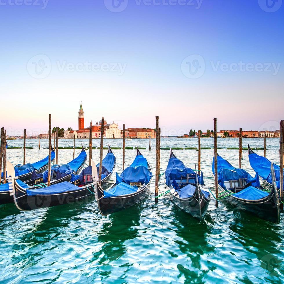 Venise coucher de soleil, gondoles ou gondole et église en arrière-plan. Italie photo