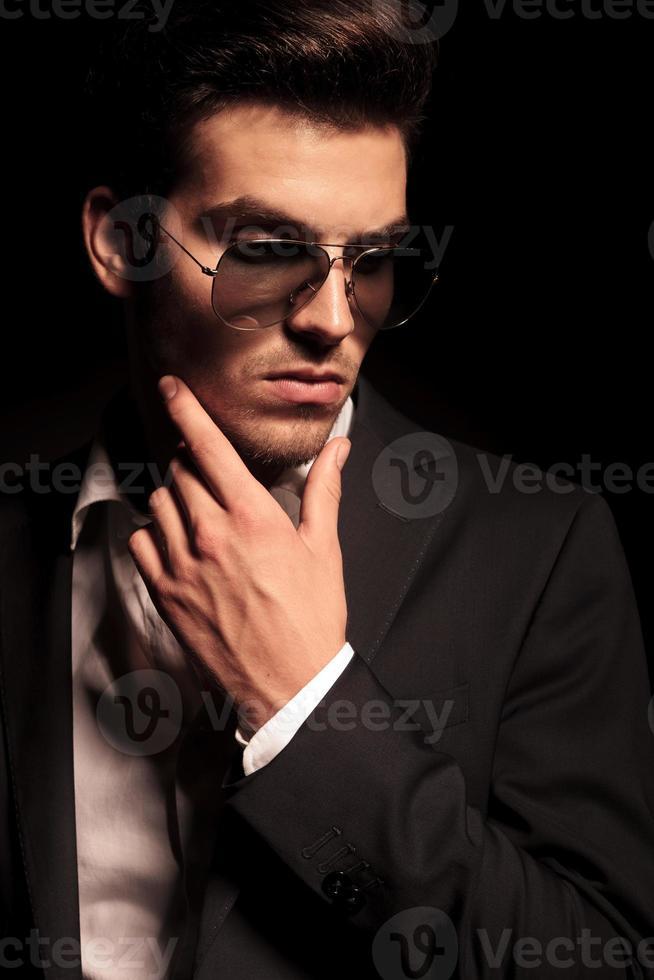 jeune homme pensif dramatique photo
