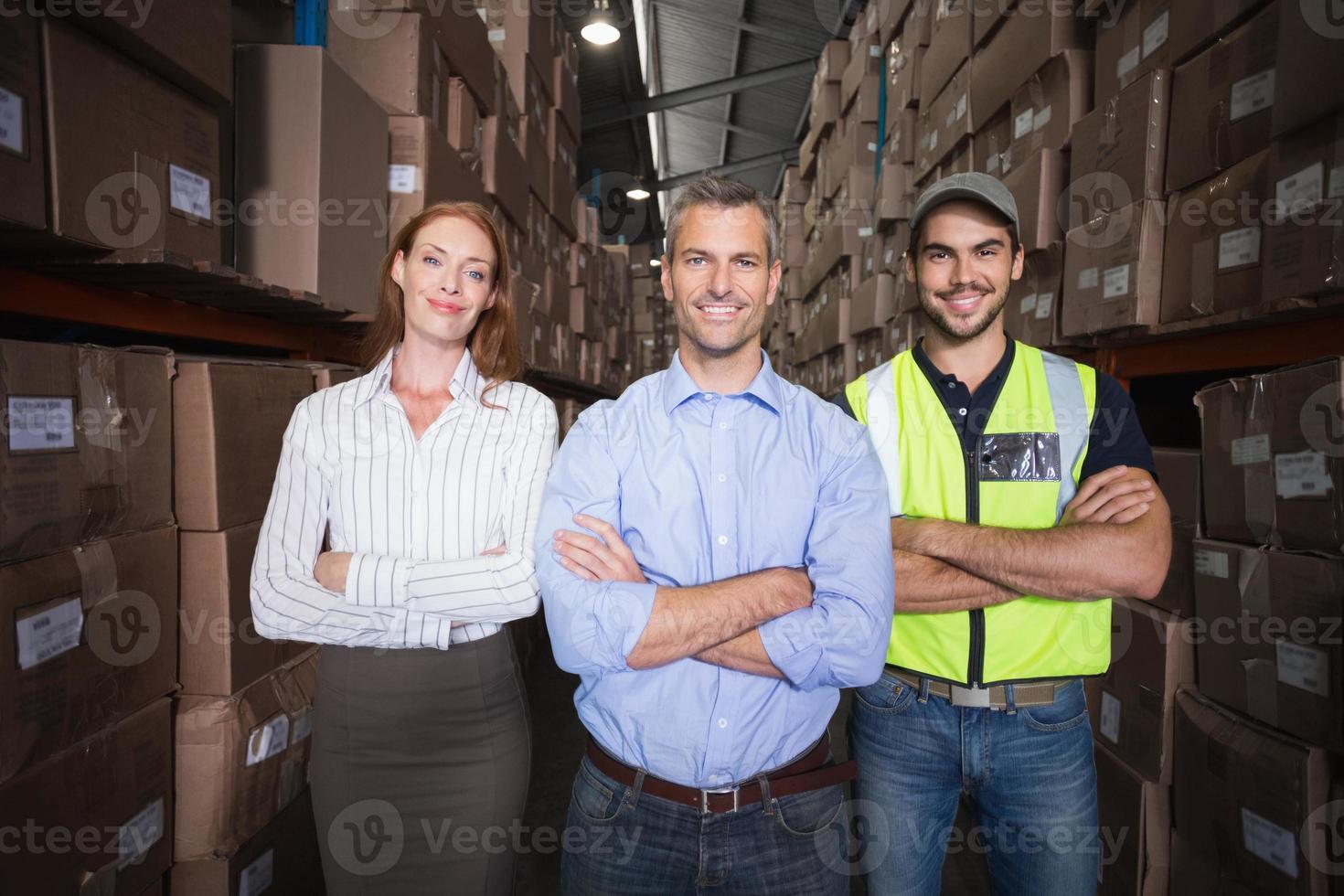 équipe d'entrepôt souriant à la caméra photo