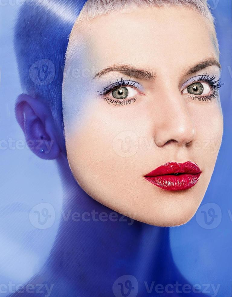 mode portrait de belles femmes sous plastique bleu photo