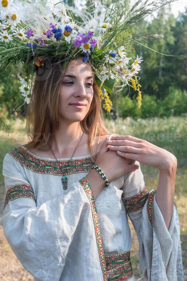 belle jeune femme avec une couronne de fleurs photo