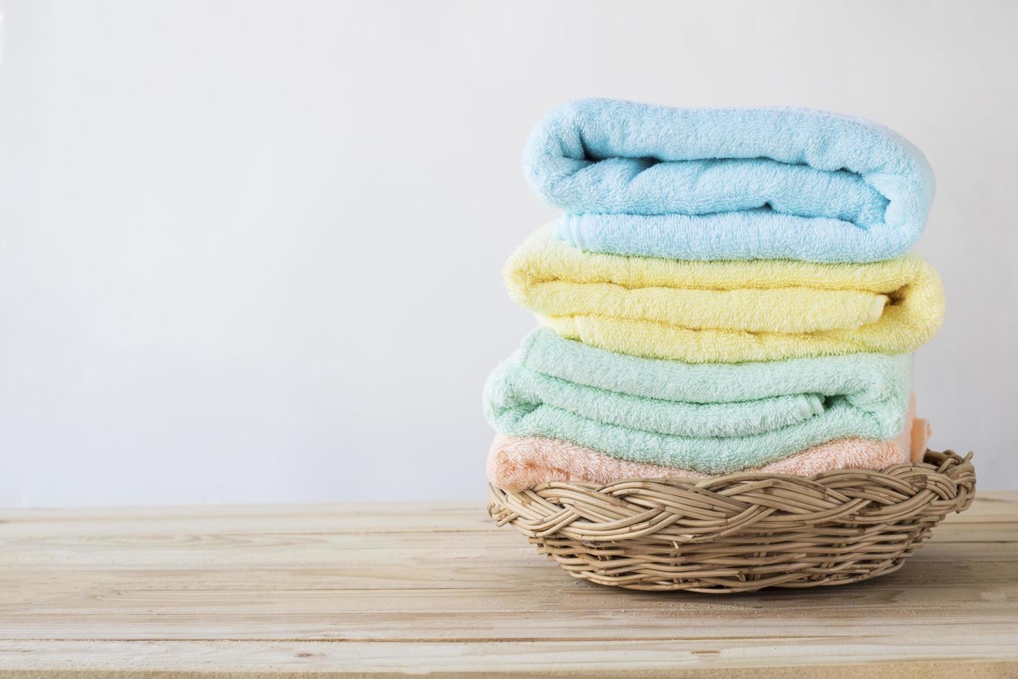 pile de serviettes dans le panier en osier photo