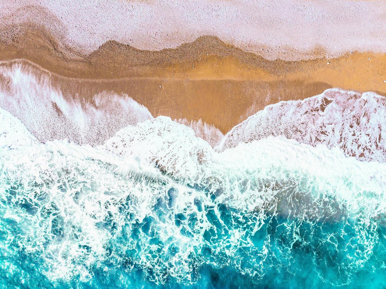 vue aérienne des vagues de l'océan photo