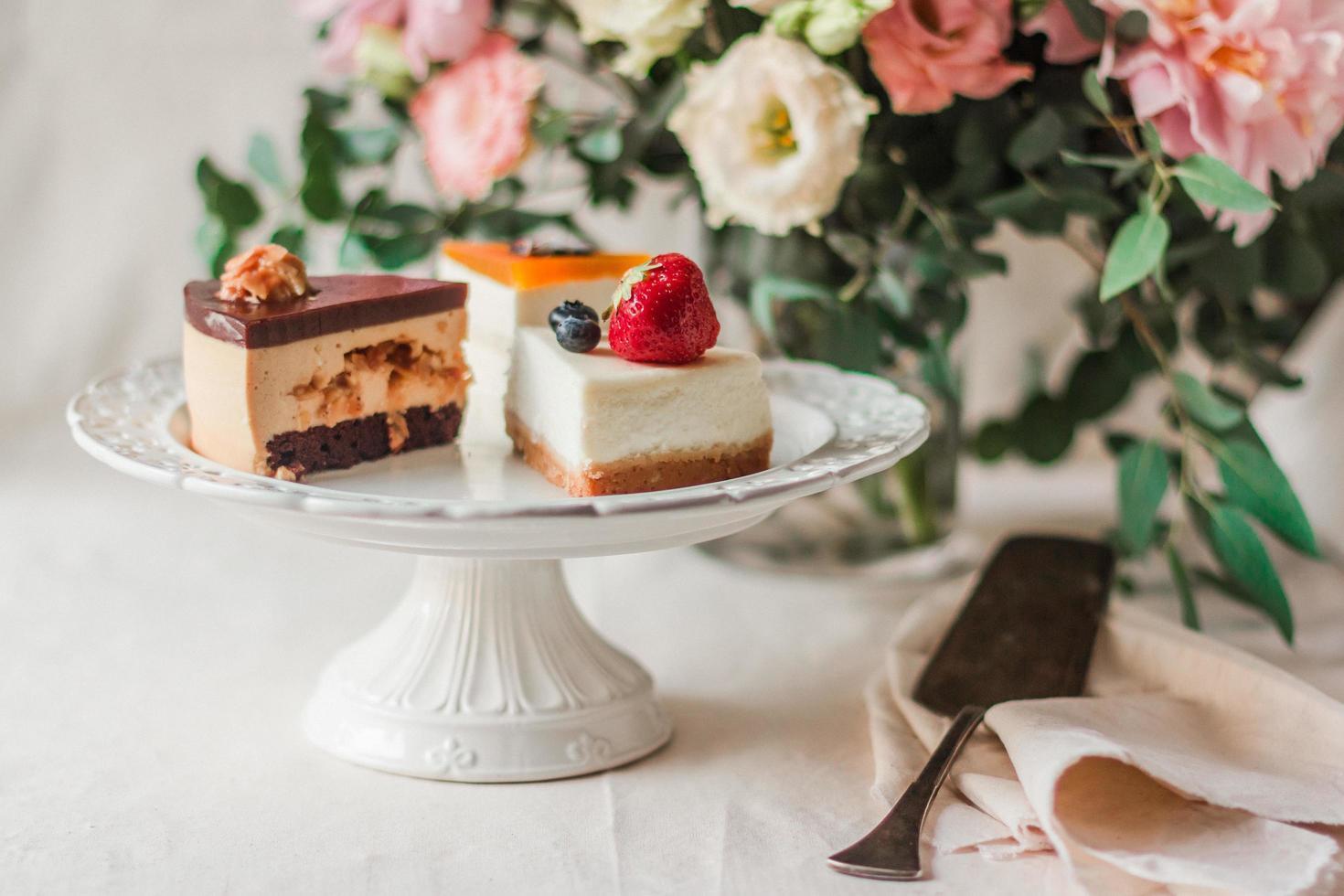 trois tranches de gâteaux photo