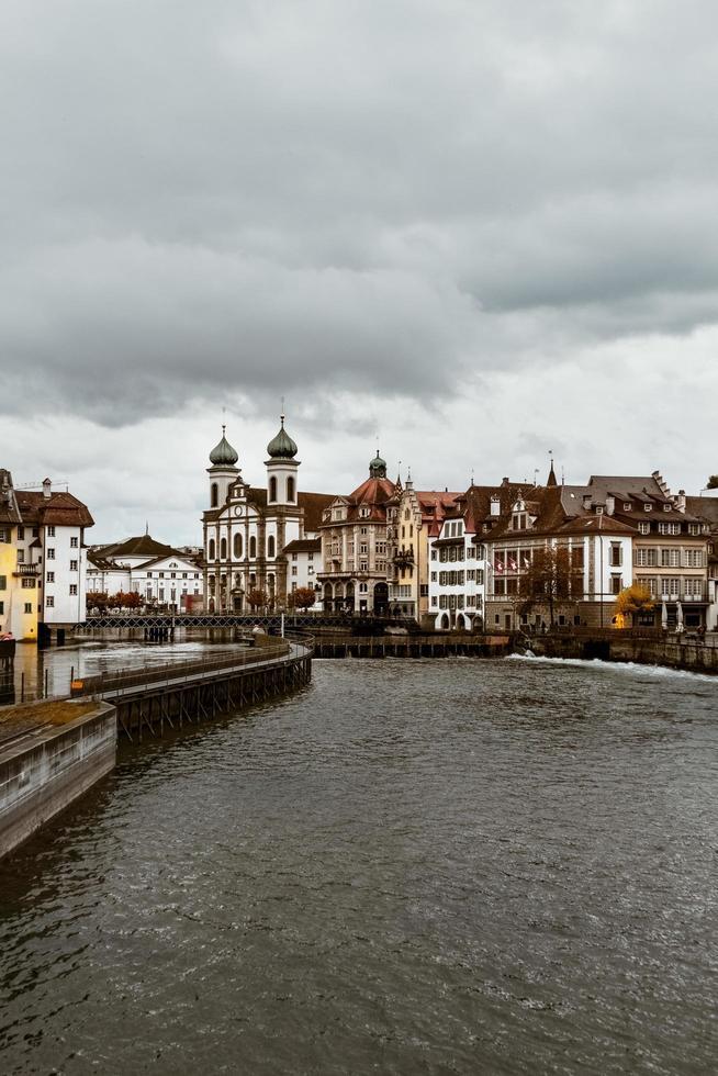 débarquement de la ville au bord de l'eau photo
