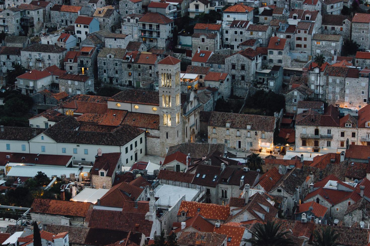 maisons en béton marron et blanc photo