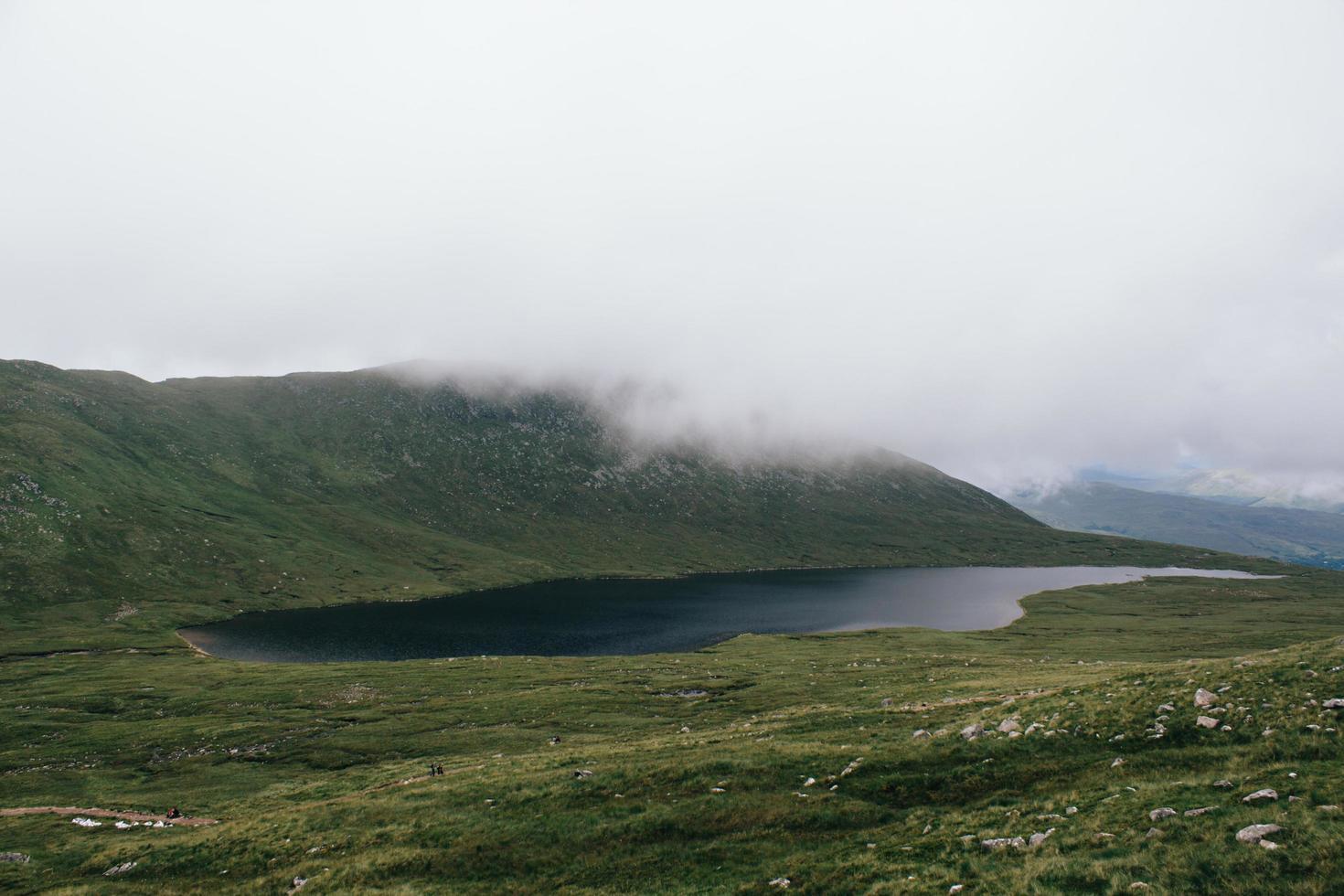 lac et champ d'herbe verte photo