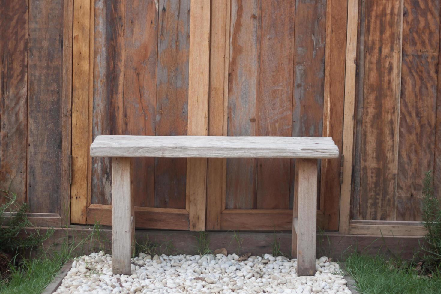 banc en bois sur gravier blanc photo