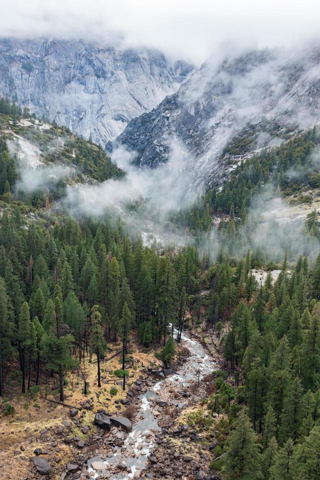 source naturelle qui coule à travers les montagnes photo