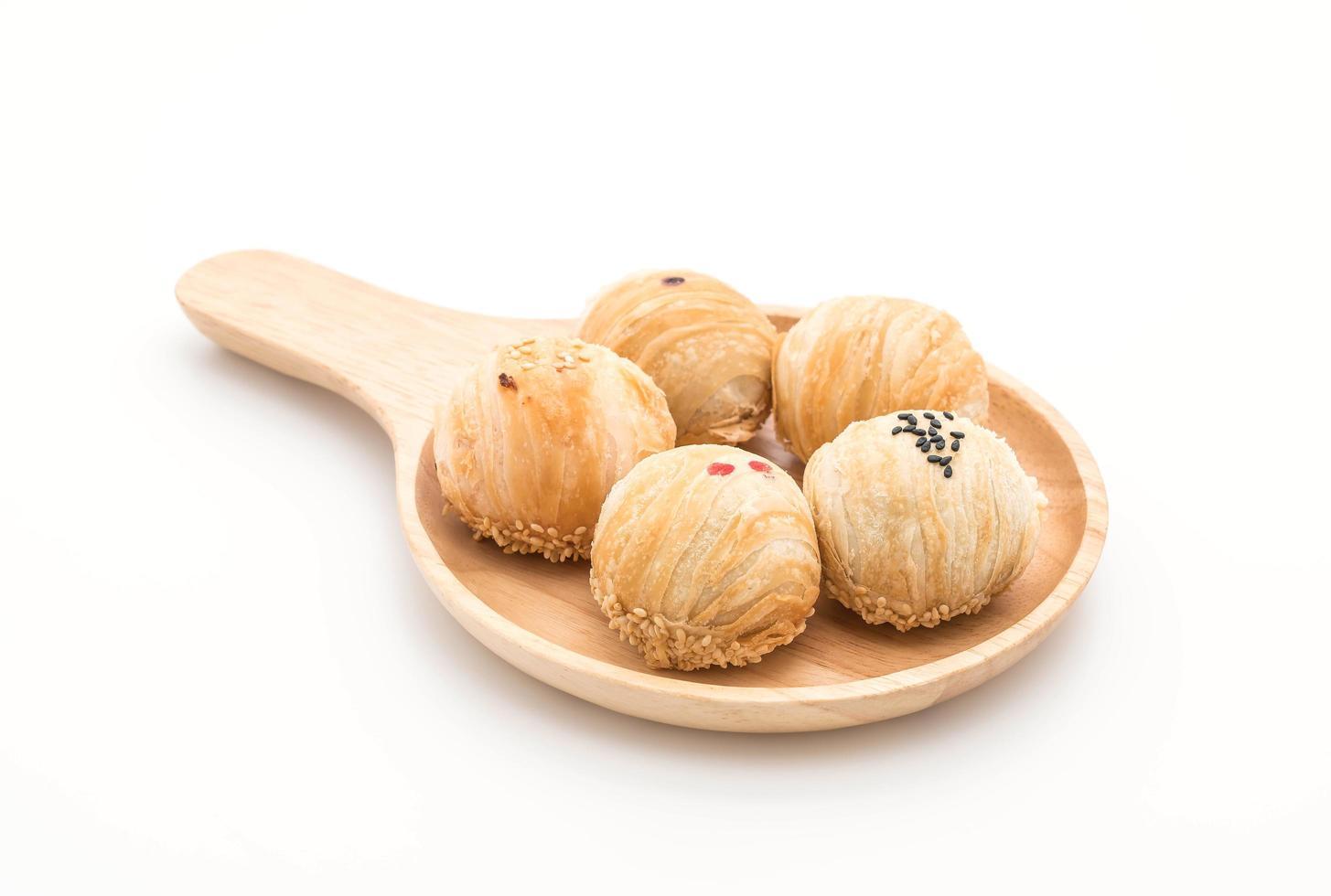 Pâtisseries aux haricots mungo sur fond blanc photo