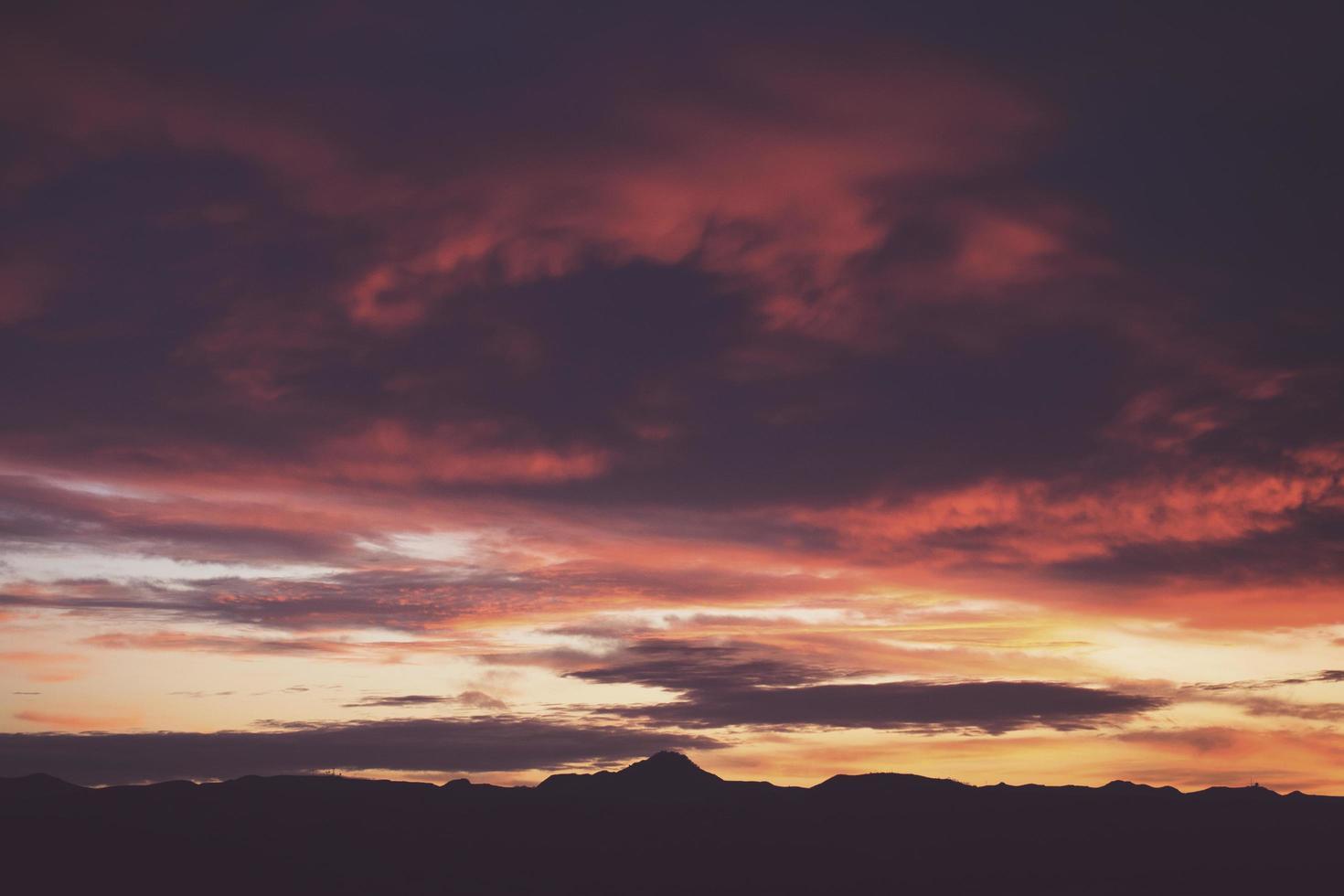 coucher de soleil rouge et violet photo
