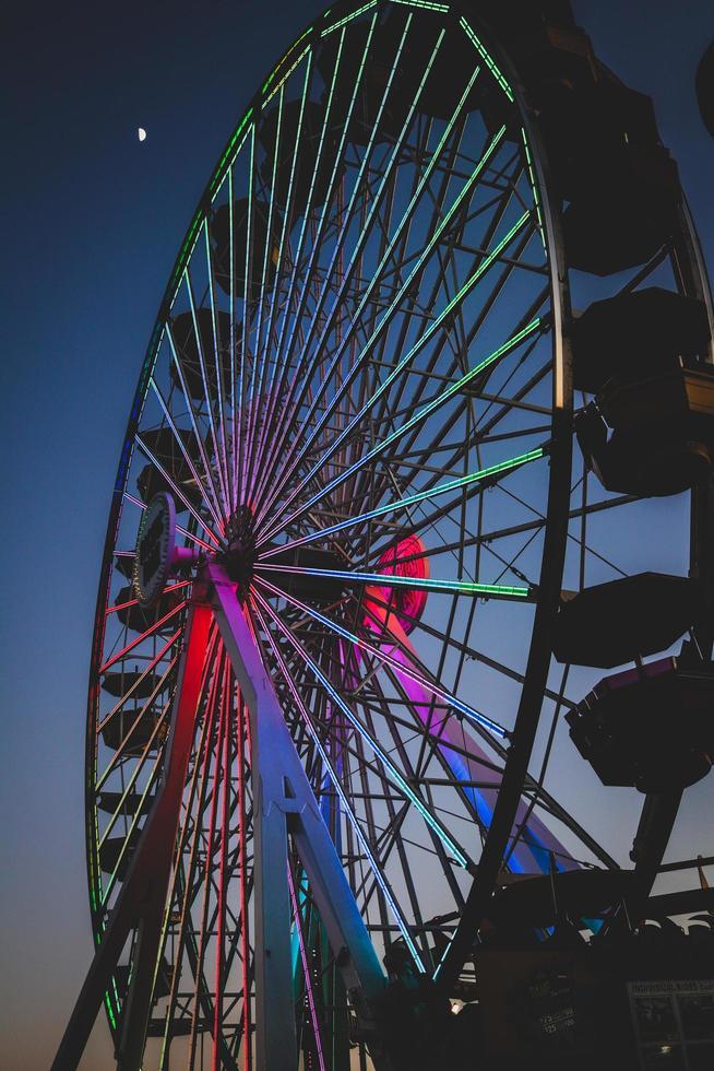 photo de la grande roue pendant la nuit