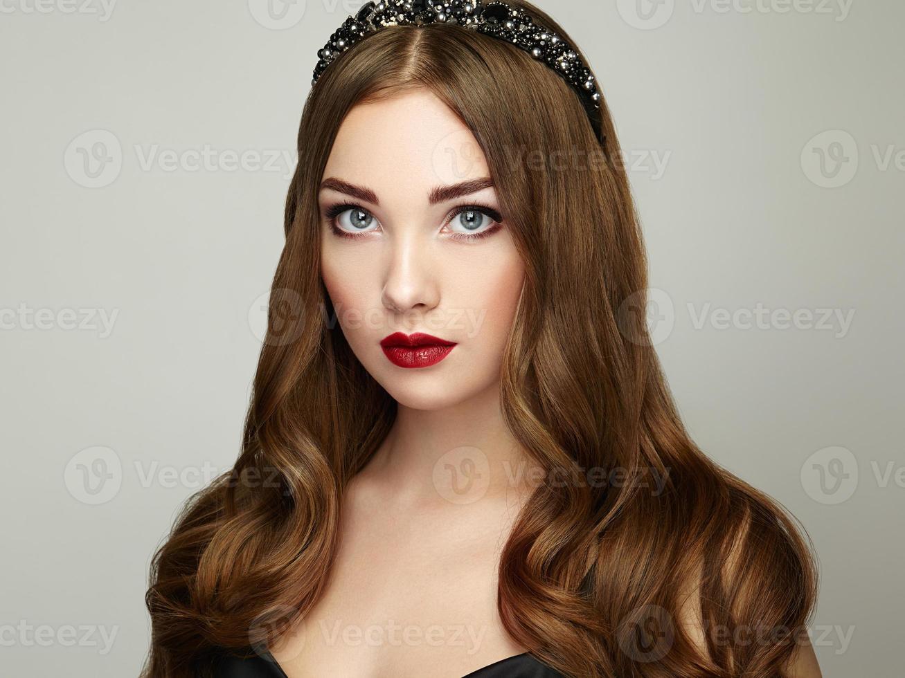 portrait de mode de femme élégante aux cheveux magnifiques photo