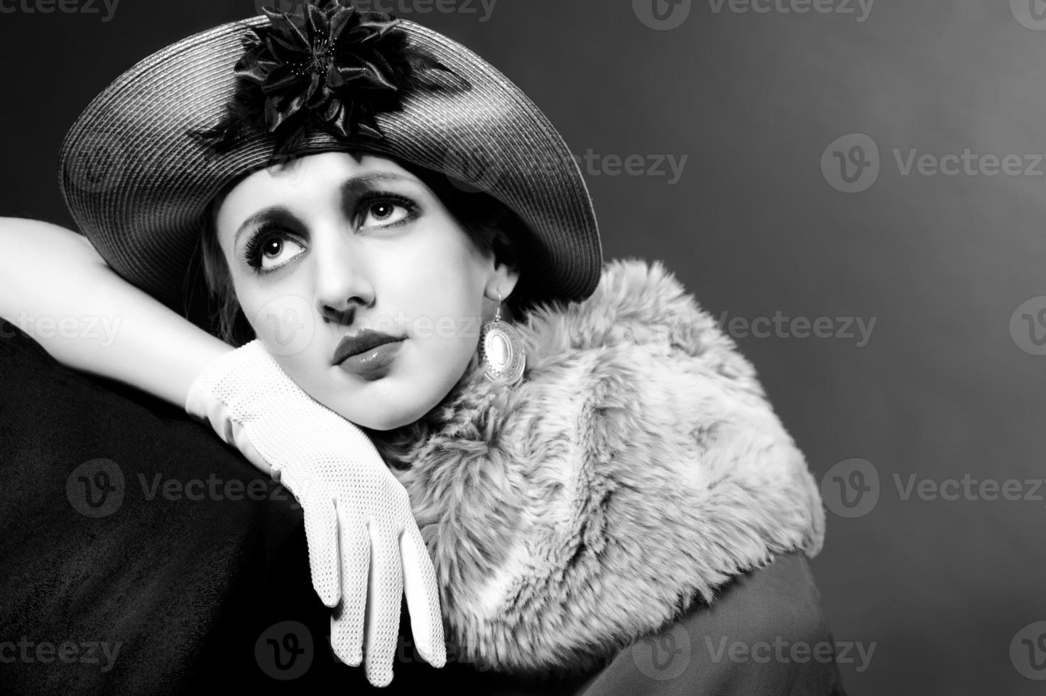 portrait de style rétro d'une jeune femme au chapeau photo