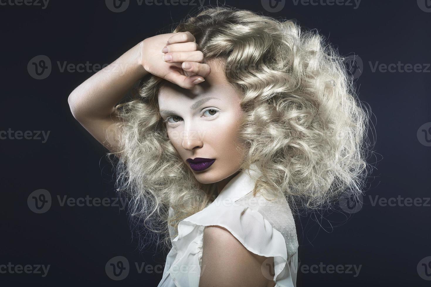 belle fille aux lèvres violettes et aux yeux pâles. photo