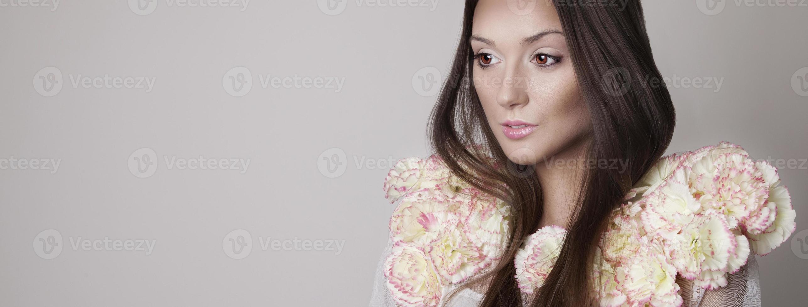 portrait de beauté de jeune fille brune, printemps. photo
