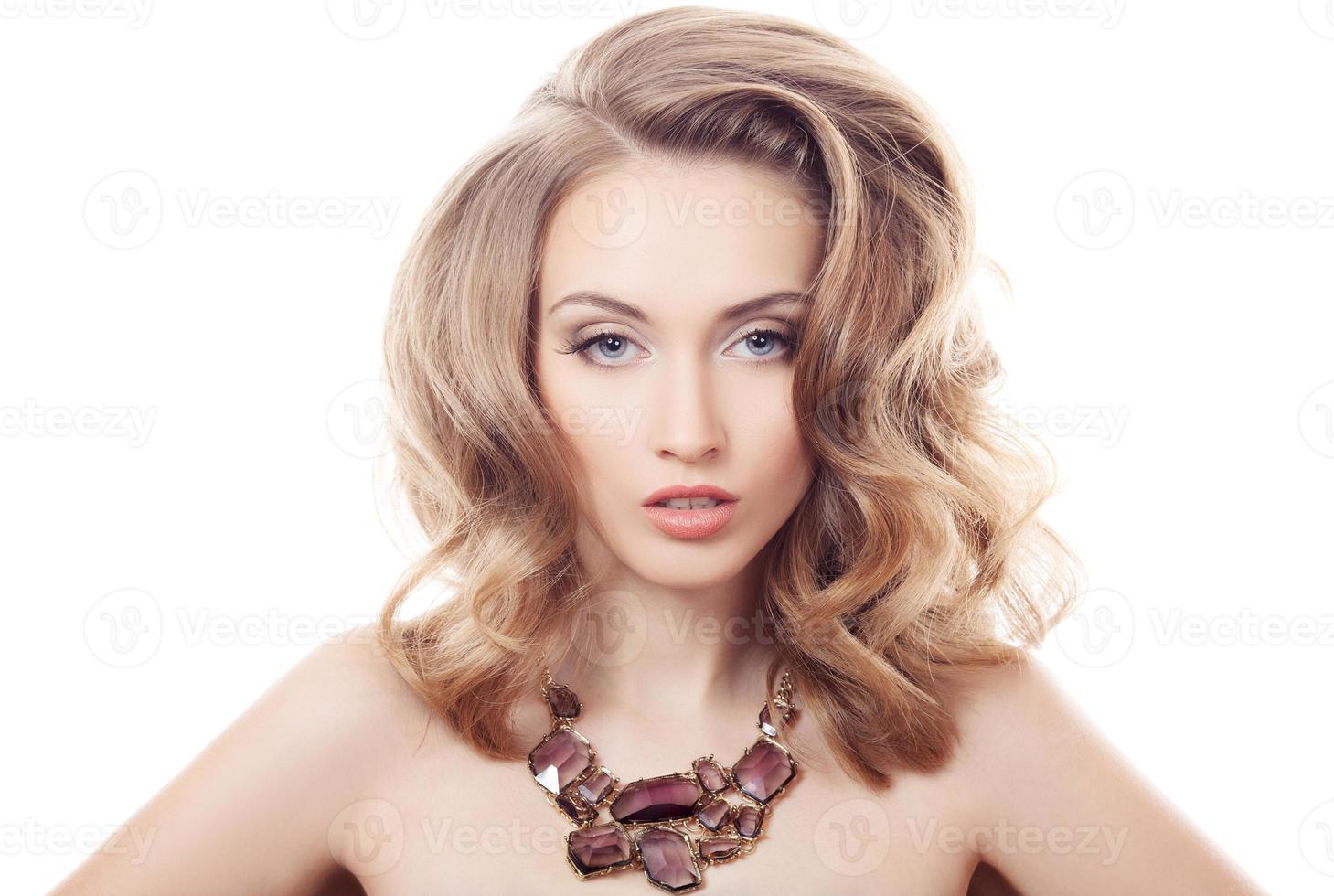 Mode portrait de la belle femme de luxe avec des bijoux isolés photo