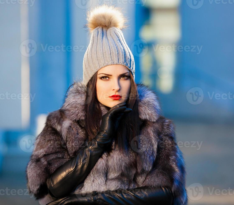 manteau de fourrure femme et gants en cuir noir! photo