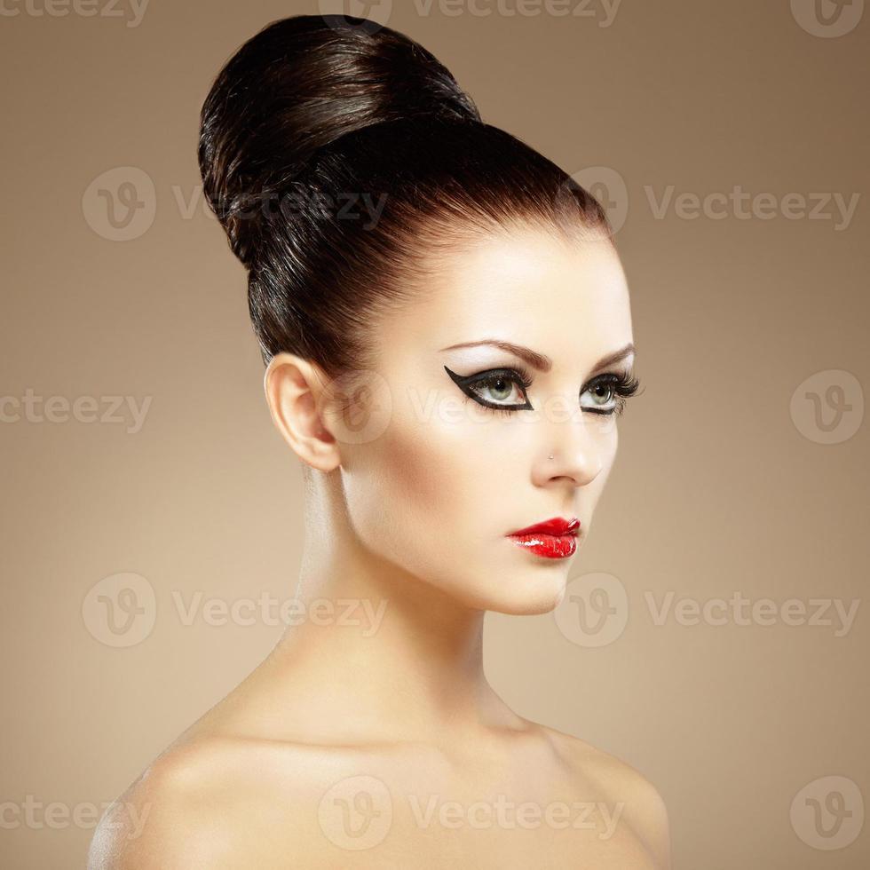 portrait de la belle femme sensuelle avec une coiffure élégante. par photo