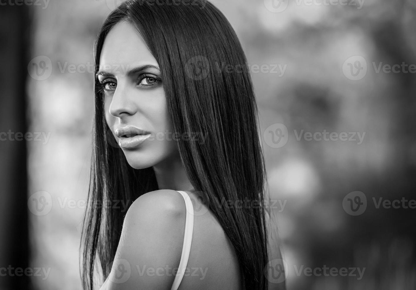 fille brune en robe de luxe posant dans le jardin d'été. photo