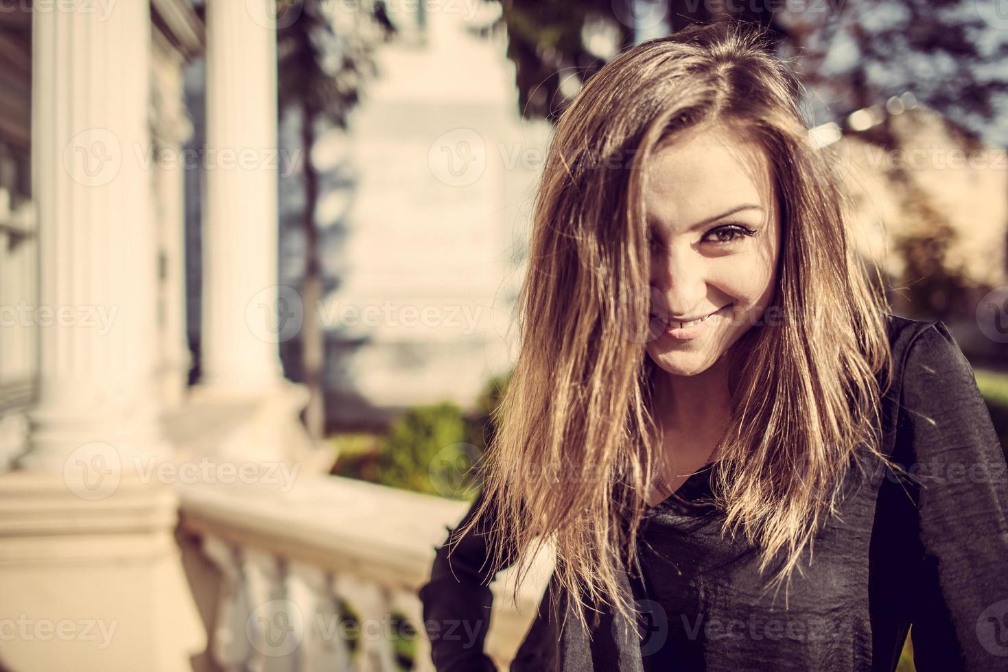 jeune mode jolie femme portrait ensoleillé automne extérieur. photo