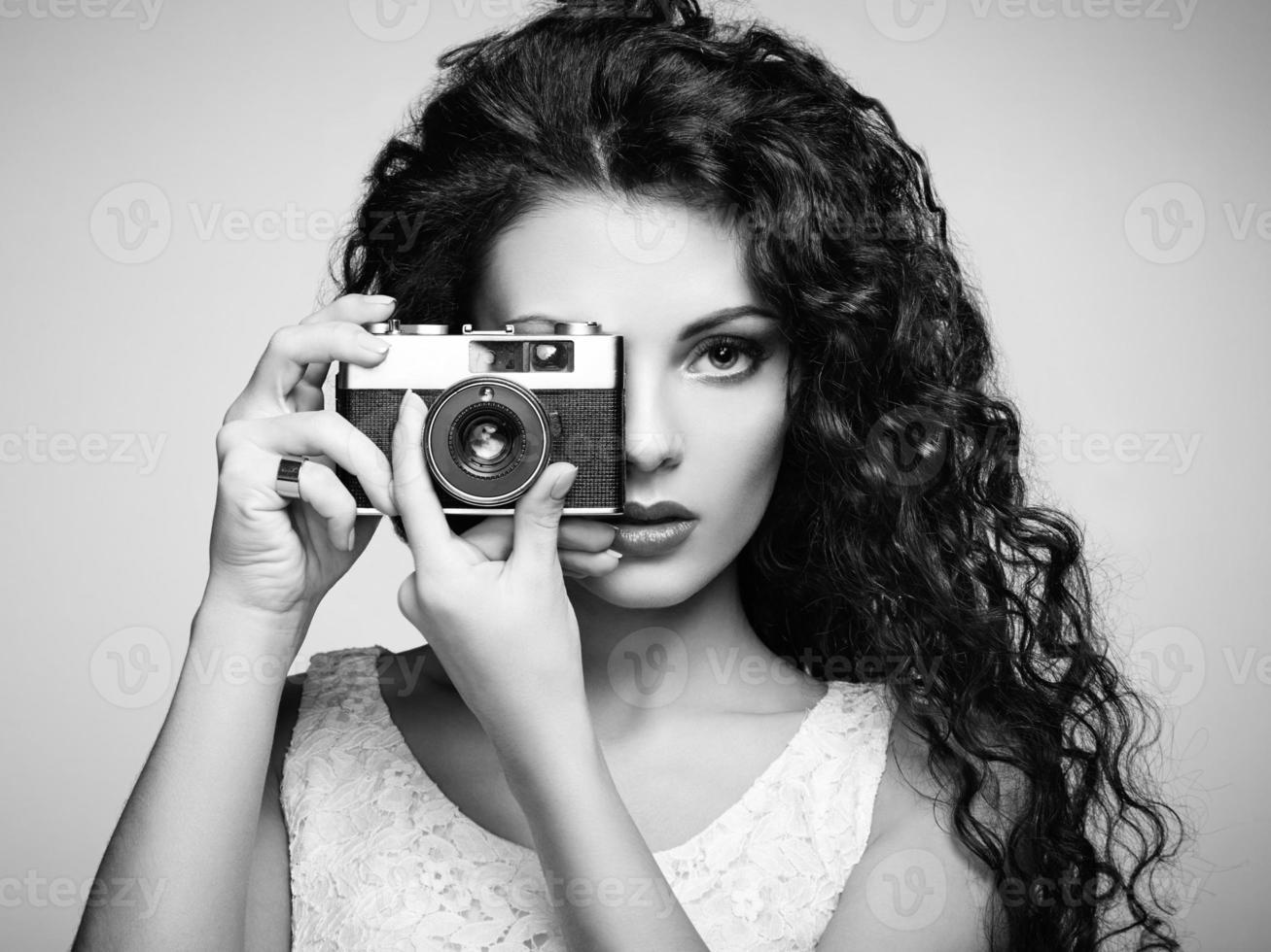 portrait de la belle femme avec la caméra photo