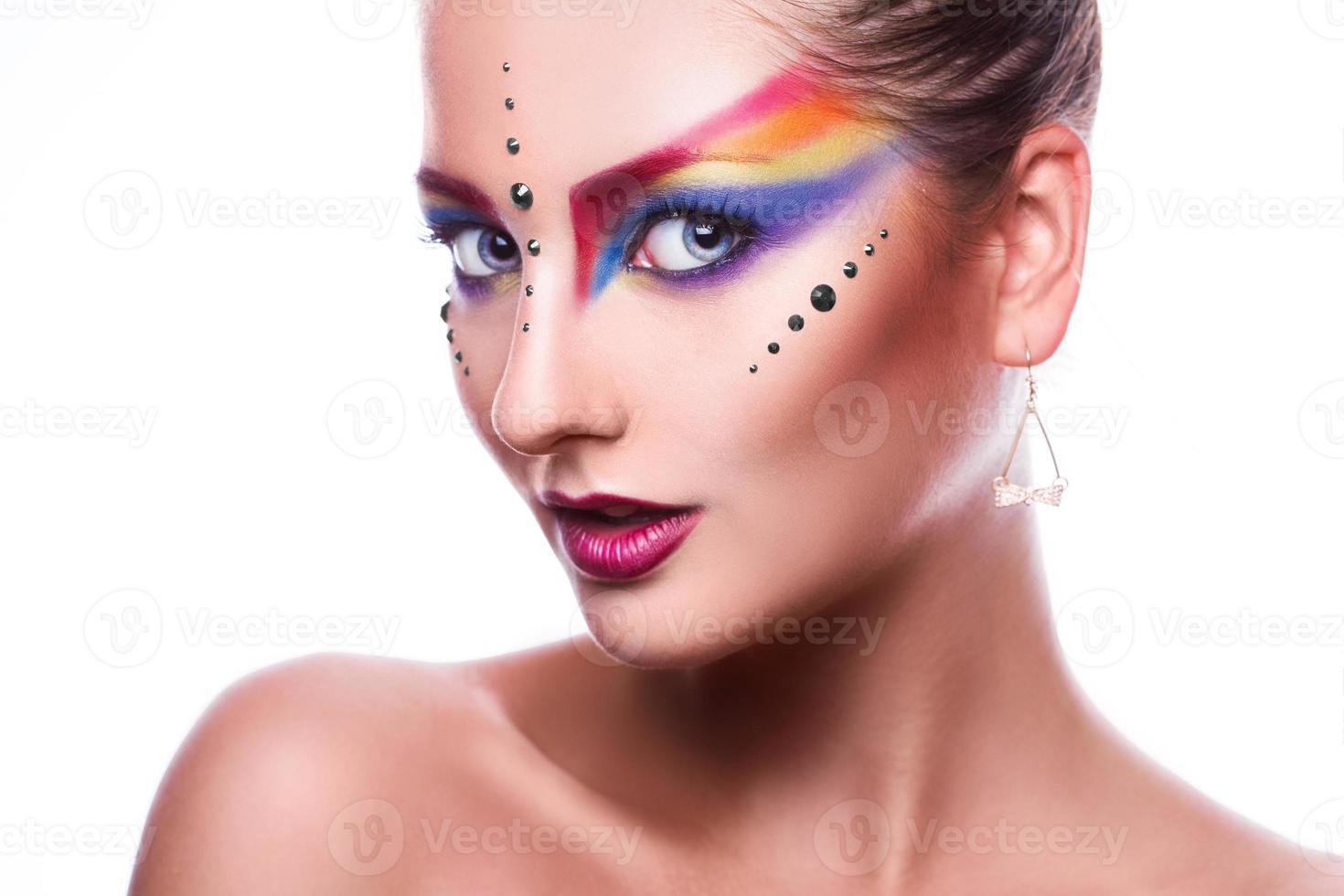 isolé sur fond blanc jolie femme avec du maquillage coloré photo