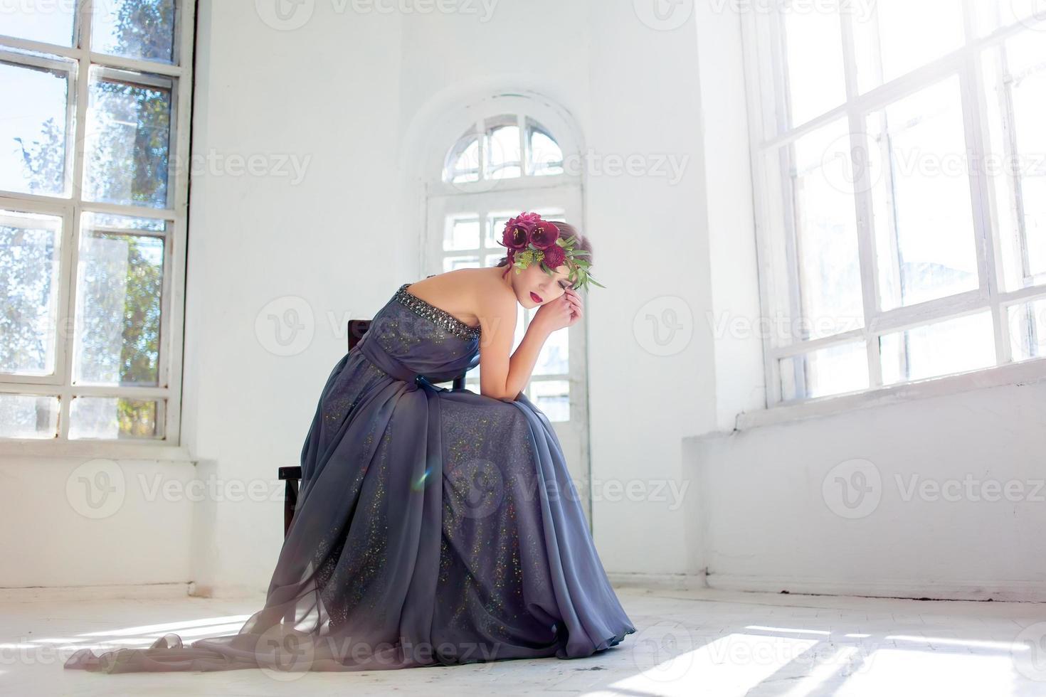 la belle ballerine assise en longue robe grise photo