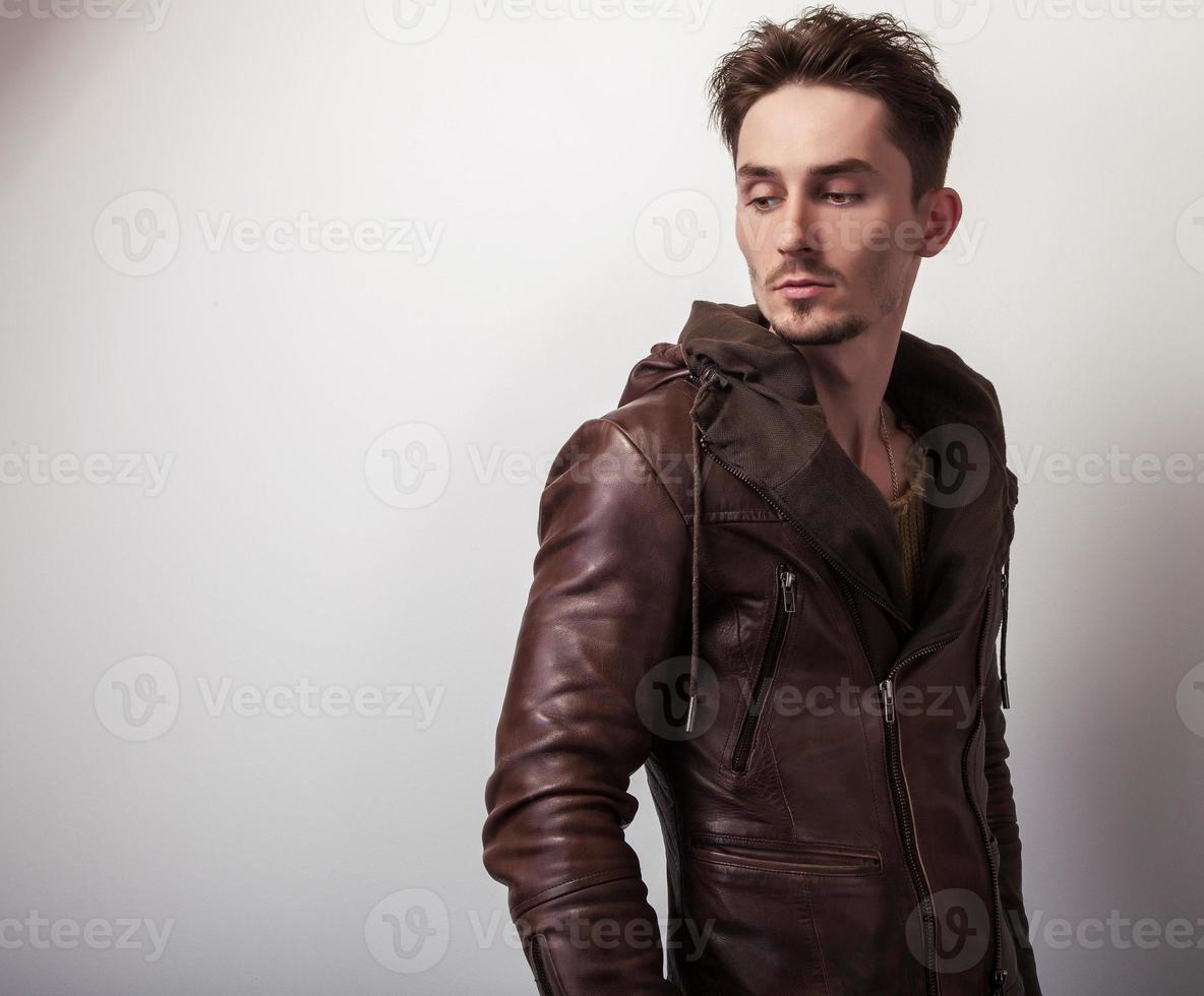 séduisant jeune homme en veste de cuir. photo