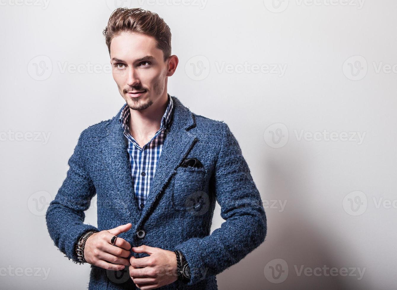 élégant jeune bel homme en veste bleue élégante. photo