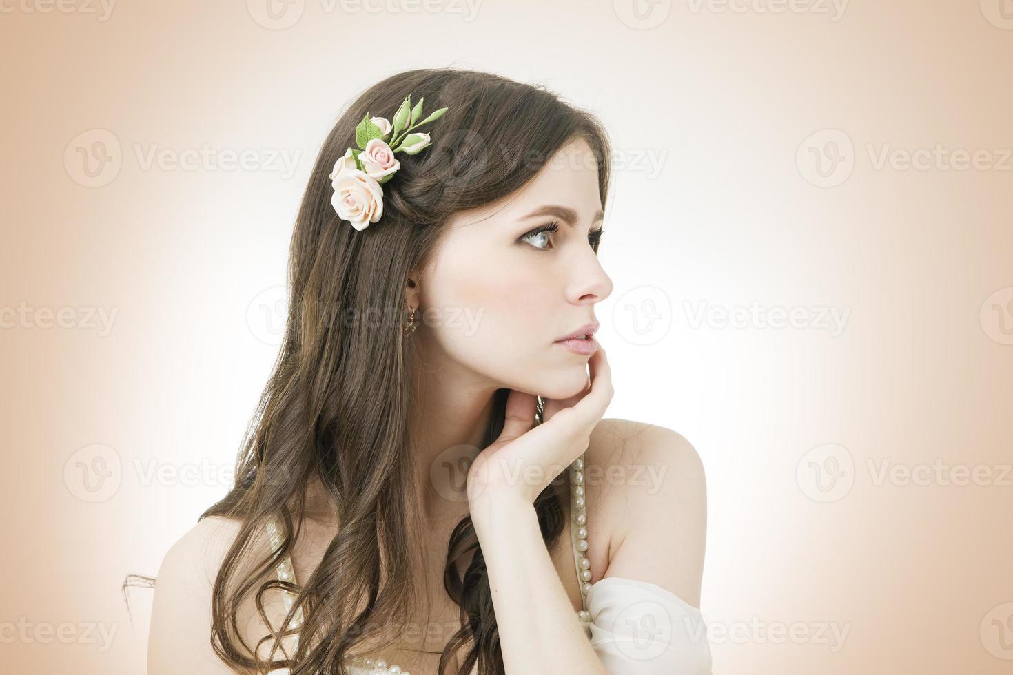 portrait en studio d'une belle jeune mariée photo