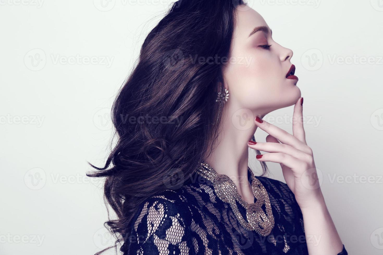 femme sensuelle aux cheveux noirs et maquillage lumineux avec bijou photo
