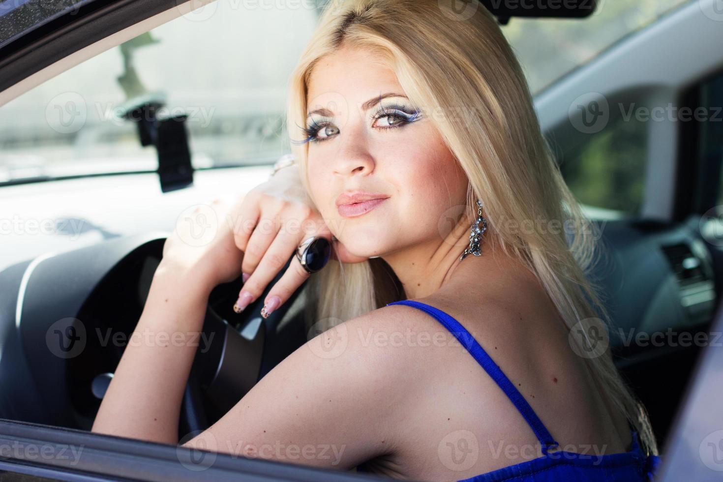 jolie fille dans une voiture photo