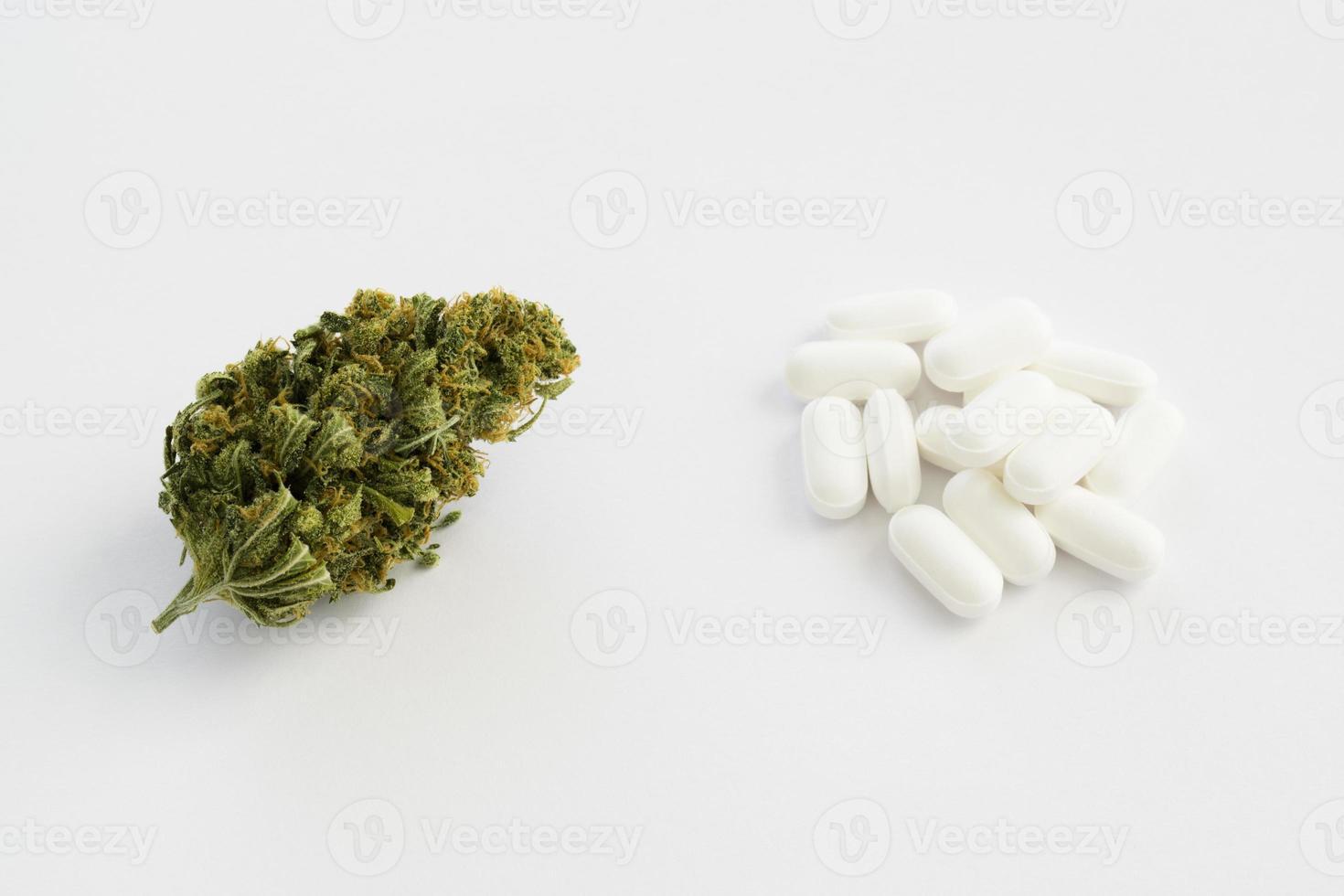 bourgeon de marijuana vs pilules sur ordonnance photo