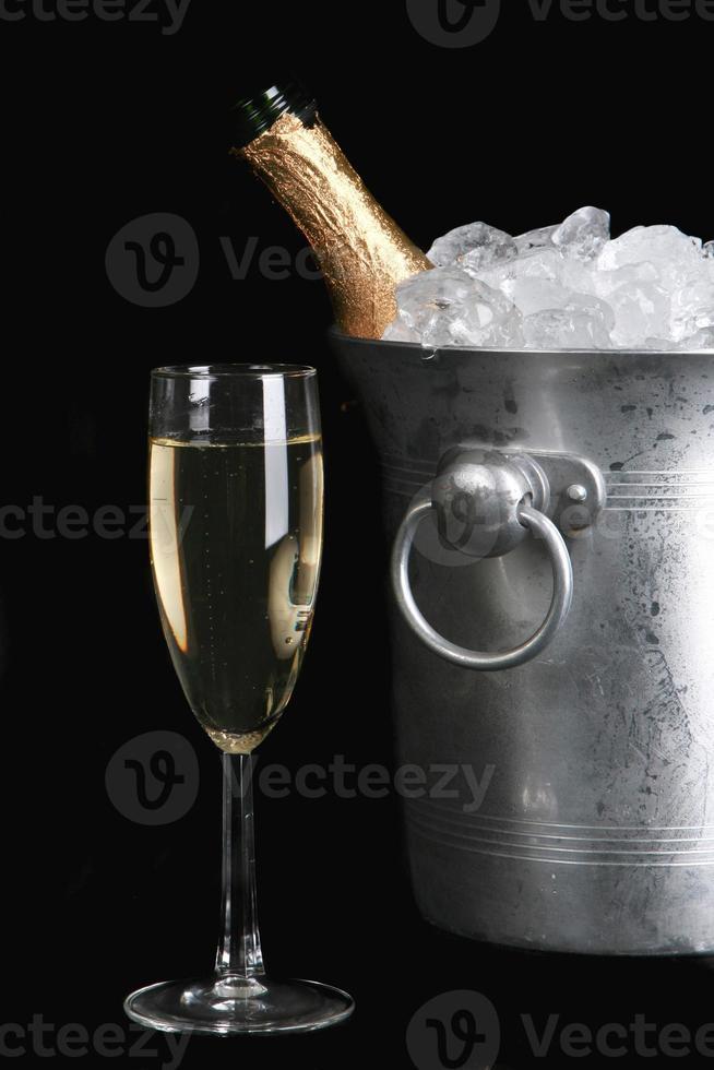champagne isolé sur fond noir photo