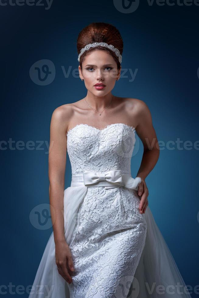 portrait d'une belle femme dans une robe de mariée blanche. photo