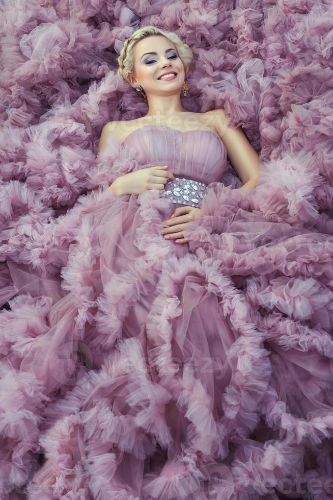 fille dans une robe rose souriant. photo