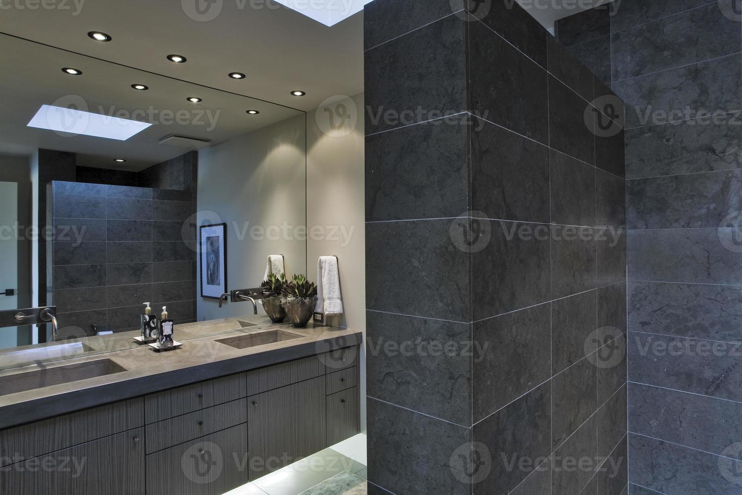 miroir au-dessus du lavabo dans la salle de bain photo