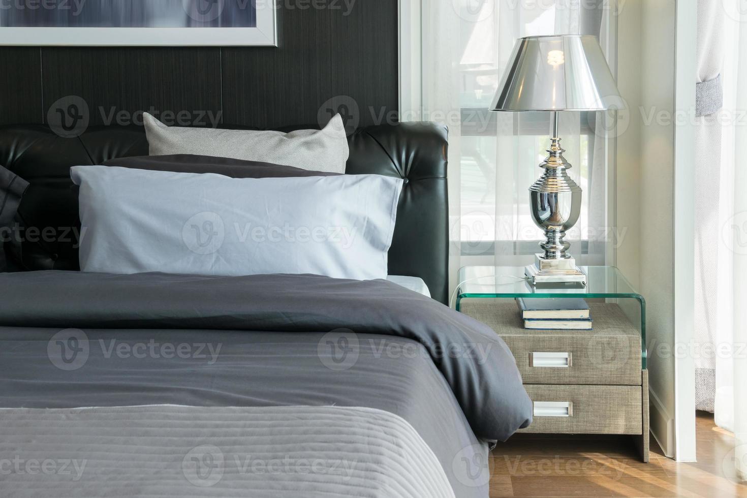 Lampe de luxe et livres sur table de chevet dans la chambre photo