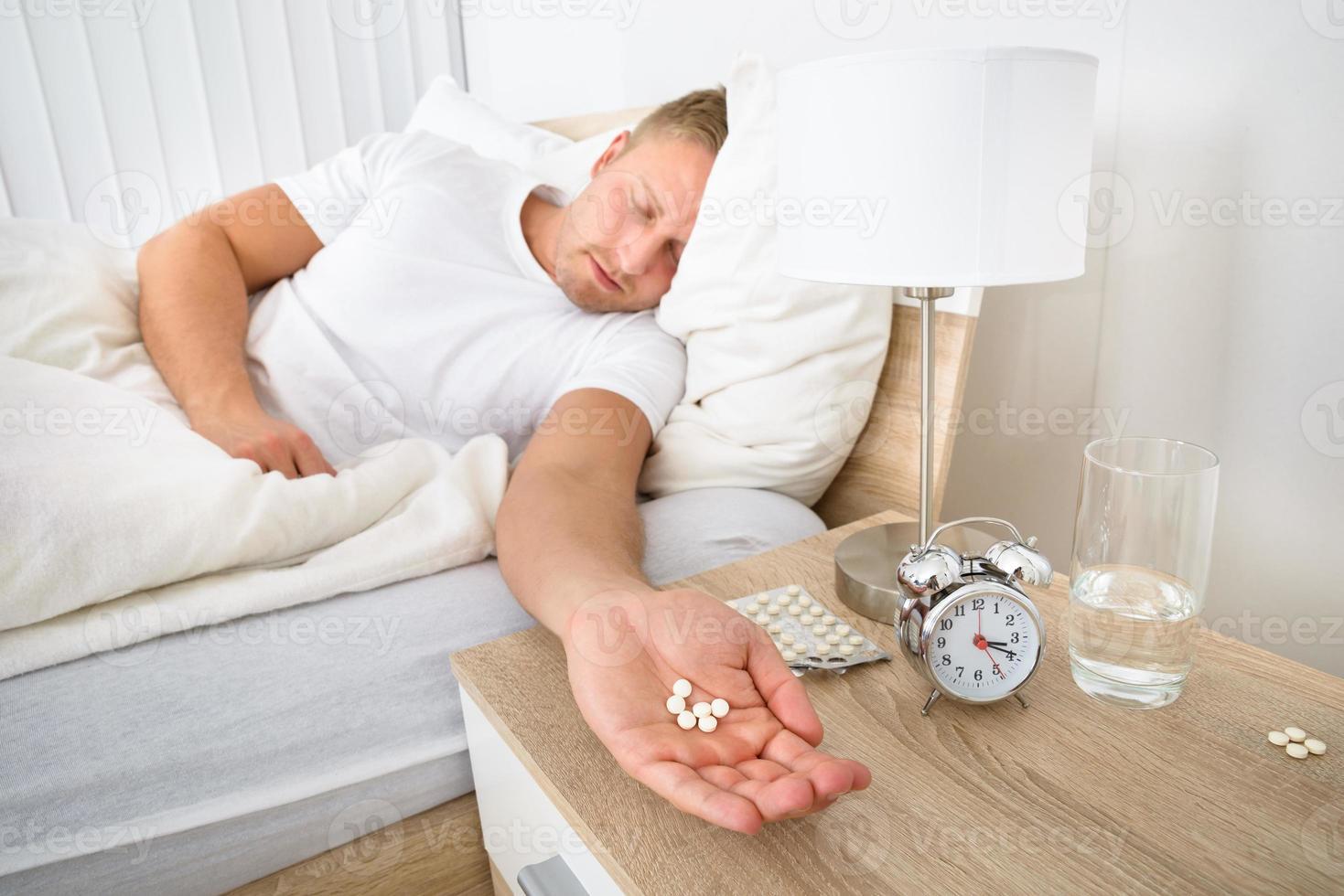 homme tenant des pilules photo