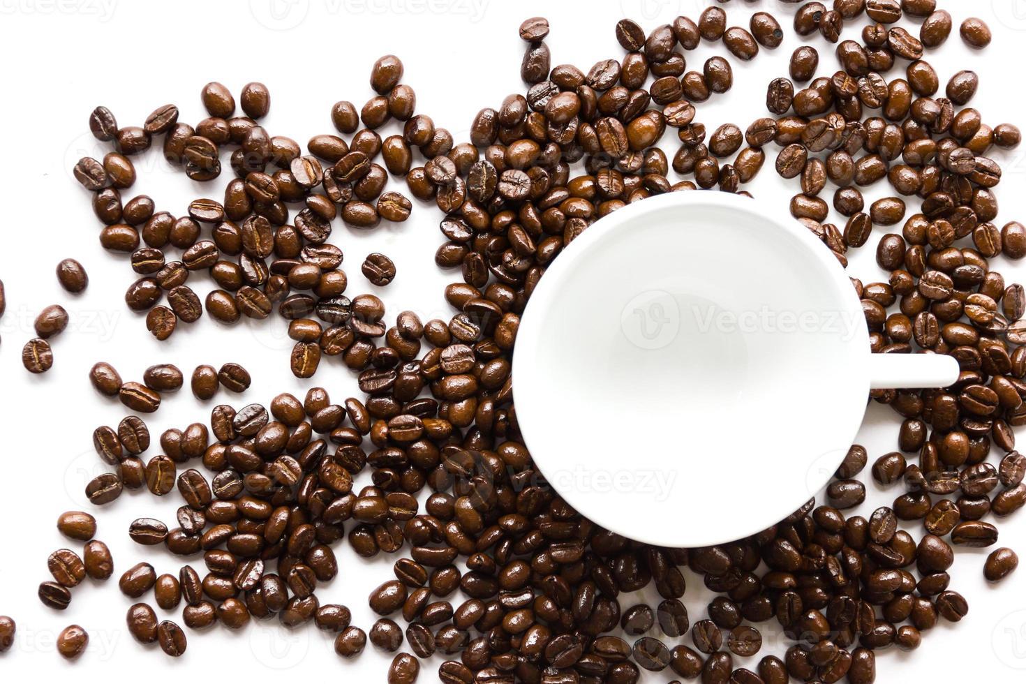 tasse à café blanche et grains de café. photo
