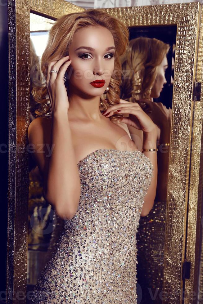 magnifique femme aux cheveux blonds en robe élégante photo
