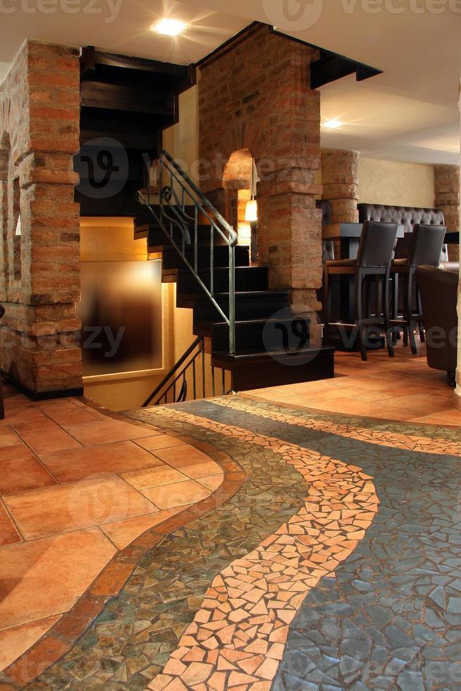 café bar intérieur avec escaliers photo
